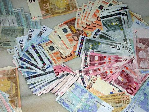 Dinero-billetes-y-monedas-euroCC BY-SA 3.0 Mayuyero - Own work